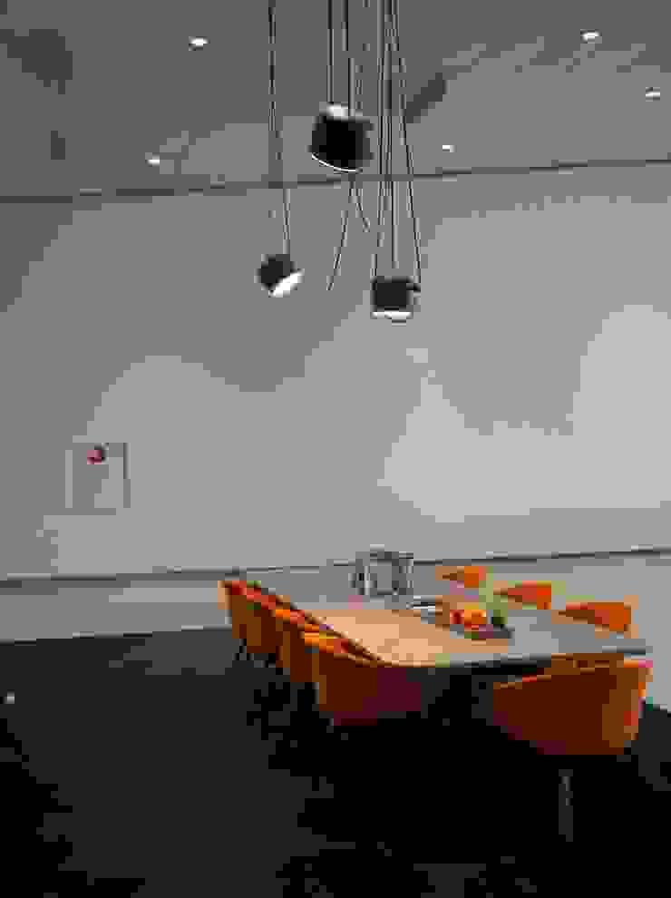 leestafel en verlichting van Flos Eclectische autodealers van AID Interieur Architecten Eclectisch