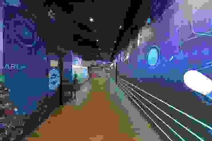 Corredores, halls e escadas industriais por 舍子美學設計有限公司 Industrial