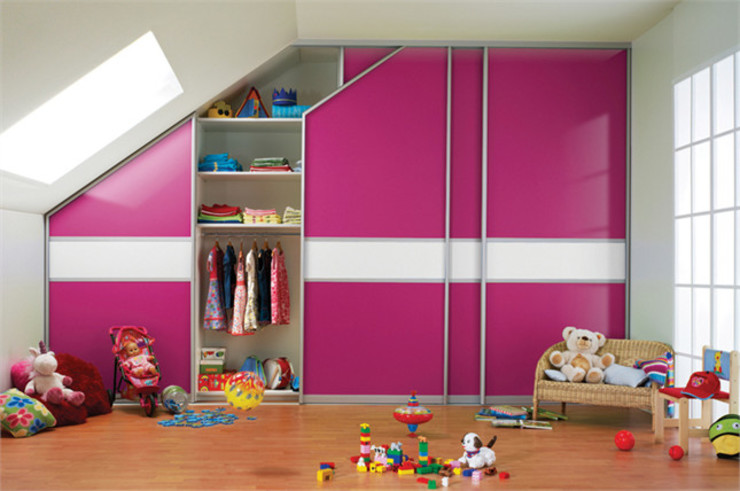Sliding Door Fitted Wardrobe for Children's Bedroom with Sloped Ceiling de Bravo London Ltd Moderno Aluminio/Cinc