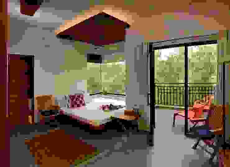 Camera da letto in stile  di Saka Studio