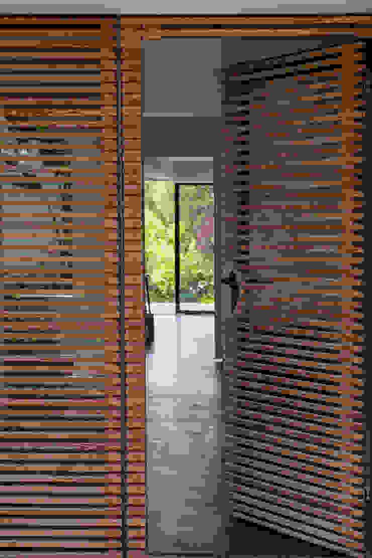 Pasillos, vestíbulos y escaleras de estilo mediterráneo de Atelier Jean GOUZY Mediterráneo
