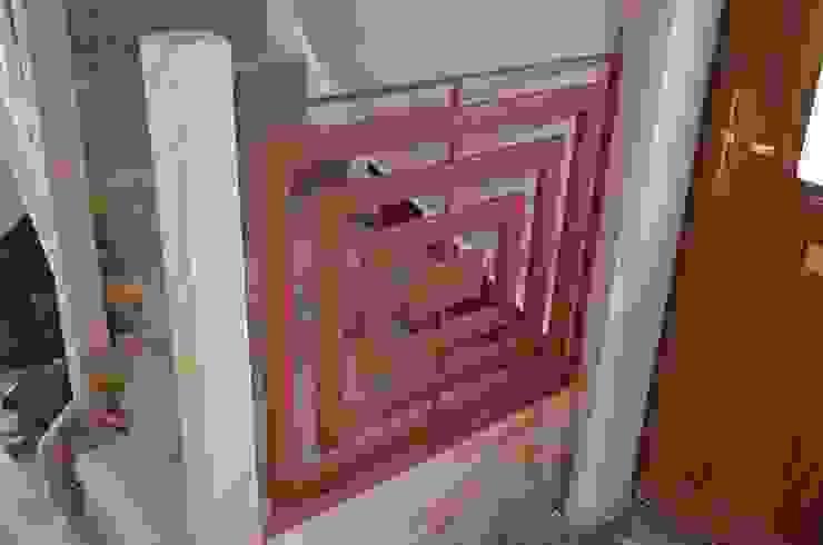 Moving forward, next step painting and carpentry ZENTIA Vestíbulos, pasillos y escalerasEscaleras Metal Rojo