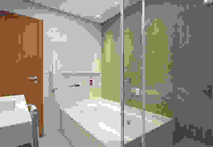 Filipe Castro Arquitetura | Design Minimalist bathroom Ceramic Beige