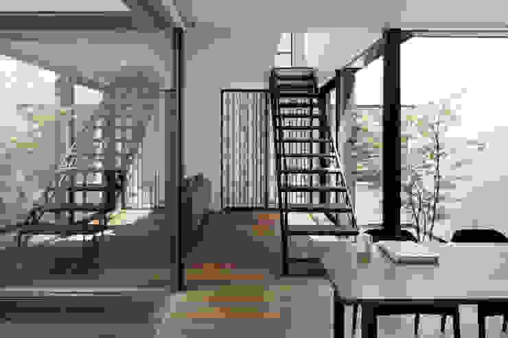 Phòng ăn phong cách hiện đại bởi atelier137 ARCHITECTURAL DESIGN OFFICE Hiện đại Gỗ Wood effect