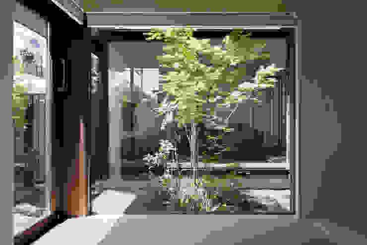 和室と中庭 atelier137 ARCHITECTURAL DESIGN OFFICE モダンデザインの 多目的室 木 木目調