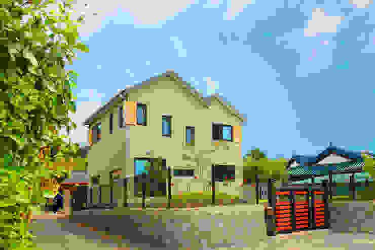 동화같은 마당을 품은 아기자기한 전원주택 클래식스타일 주택 by 한글주택(주) 클래식