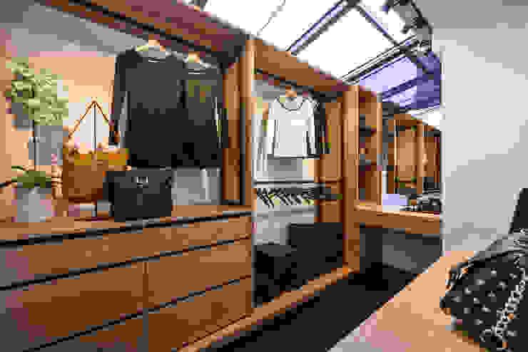 Walk in closet de estilo  por 存果空間設計有限公司
