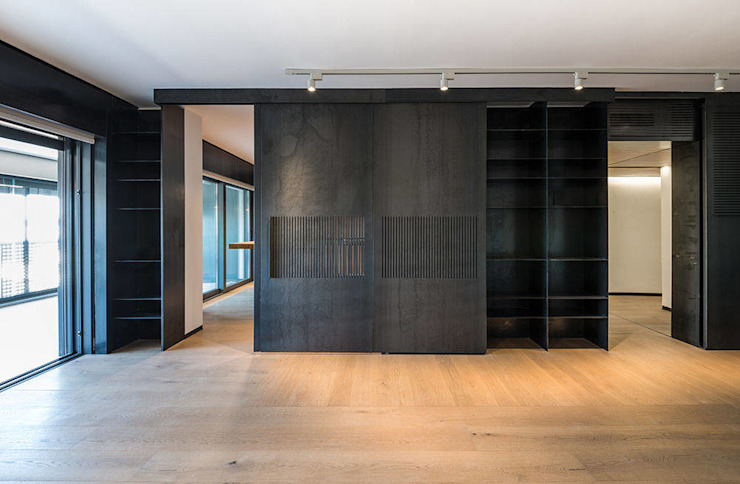 Minimalist style doors by Scrigno S.p.A. Unipersonale Minimalist