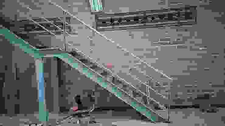 Escalera metalica de Construcciones y Diseños en Arquitectura Aron SAS Moderno Metal