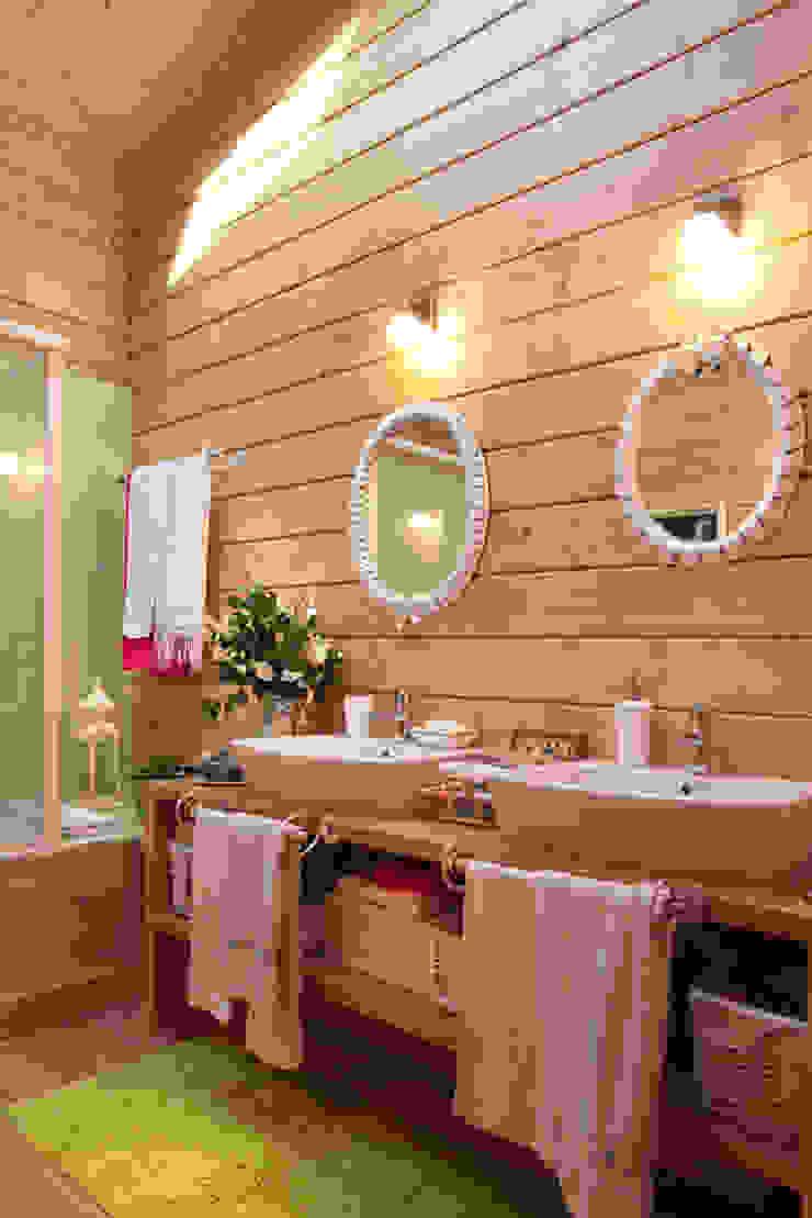 Baños de estilo rústico de Rusticasa Rústico Madera maciza Multicolor