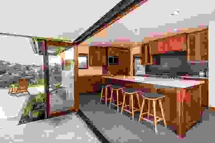 Nhà bếp phong cách nhiệt đới bởi LeMaster Architects Nhiệt đới