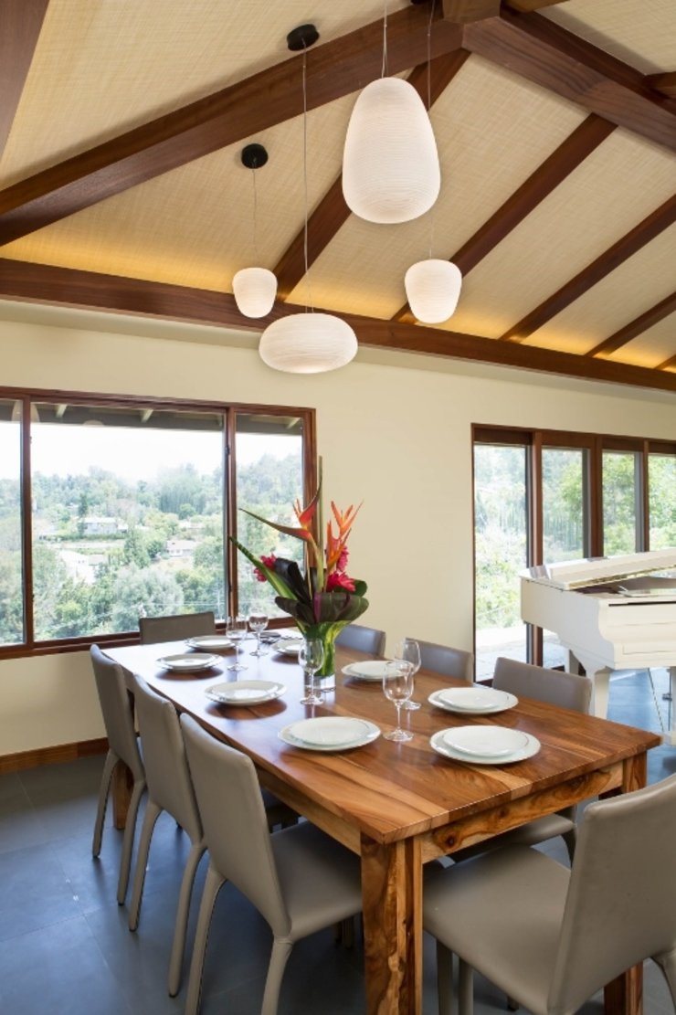 Sapele House Tropical style dining room by LeMaster Architects Tropical