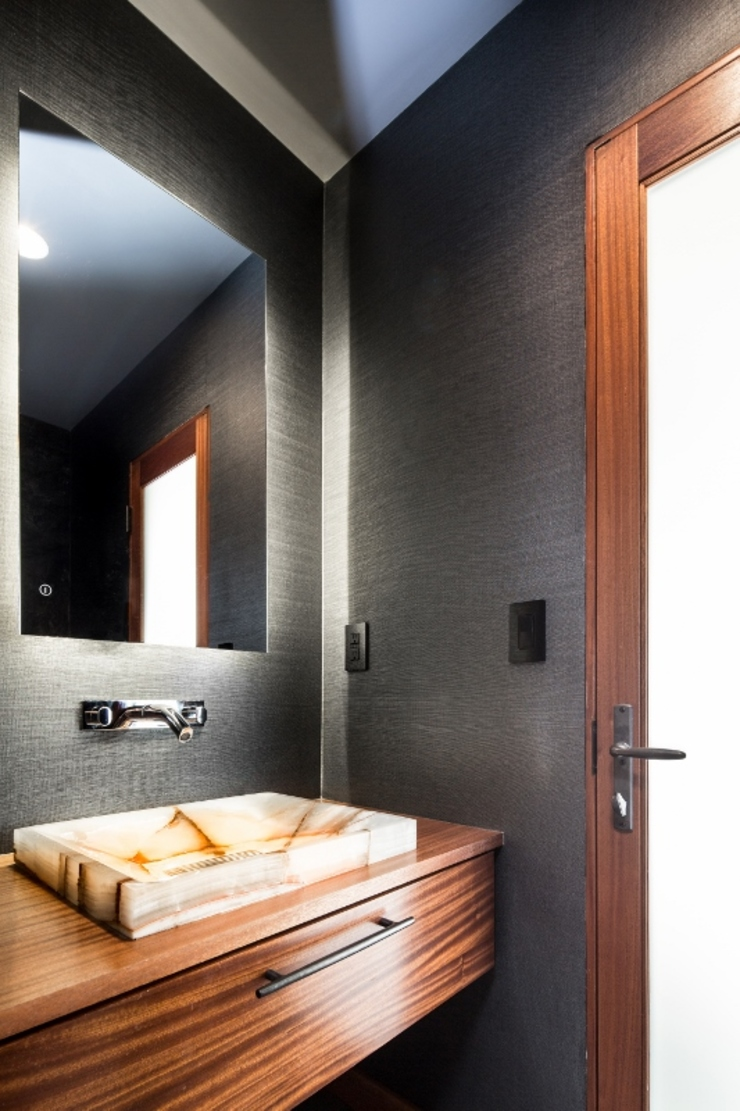 Sapele House Tropical style bathrooms by LeMaster Architects Tropical