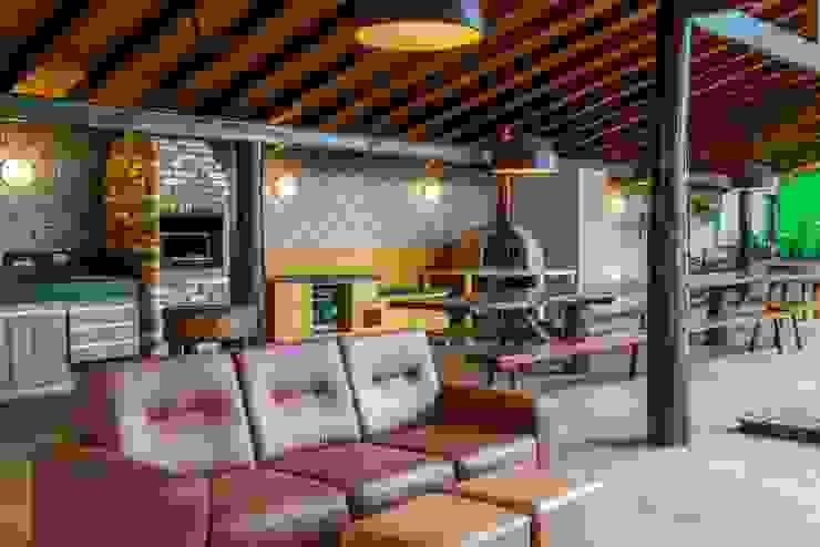 Garajes de estilo rústico de Aptar Arquitetura Rústico Madera maciza Multicolor