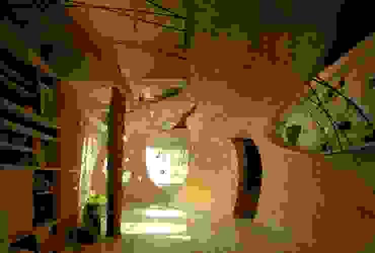 神田SU -ビルの中の土壁の家- / nest house 遠野未来建築事務所 / Tono Mirai architects オリジナルデザインの リビング 無垢材 ブラウン