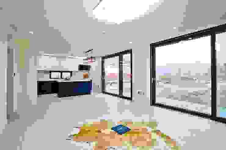 북카페 인테리어가 포인트 되는 전원주택 모던스타일 거실 by 한글주택(주) 모던