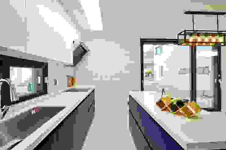 북카페 인테리어가 포인트 되는 전원주택 모던스타일 주방 by 한글주택(주) 모던
