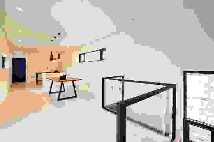 북카페 인테리어가 포인트 되는 전원주택 모던스타일 서재 / 사무실 by 한글주택(주) 모던