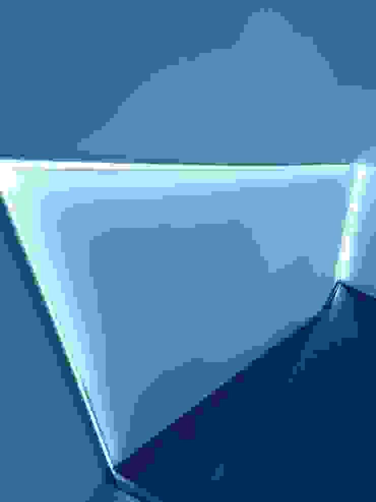 ArchitetturaTerapia® Pasillos, vestíbulos y escaleras modernos Hierro/Acero Gris