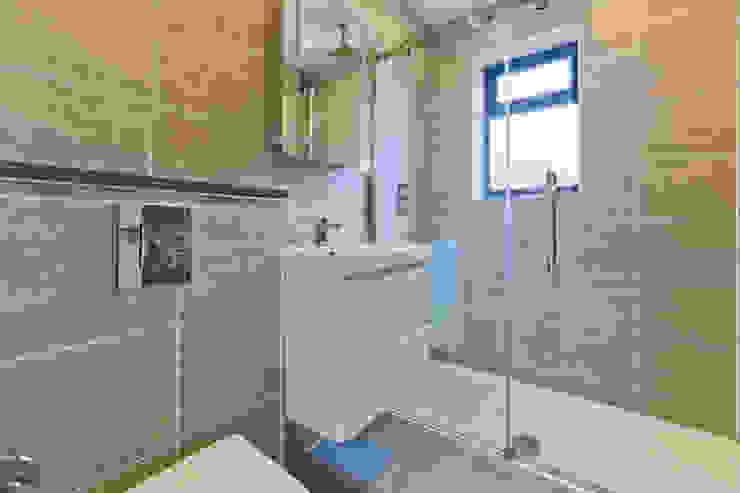 *New Build!* The West Barn Flats Baños de estilo moderno de The Market Design & Build Moderno
