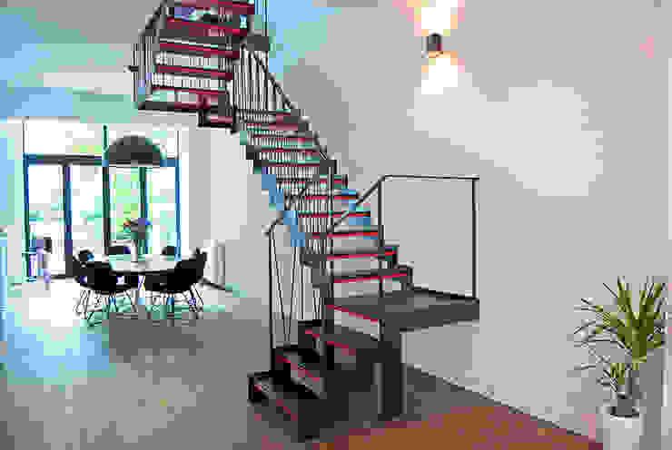 Moderne trap Moderne gangen, hallen & trappenhuizen van homify Modern