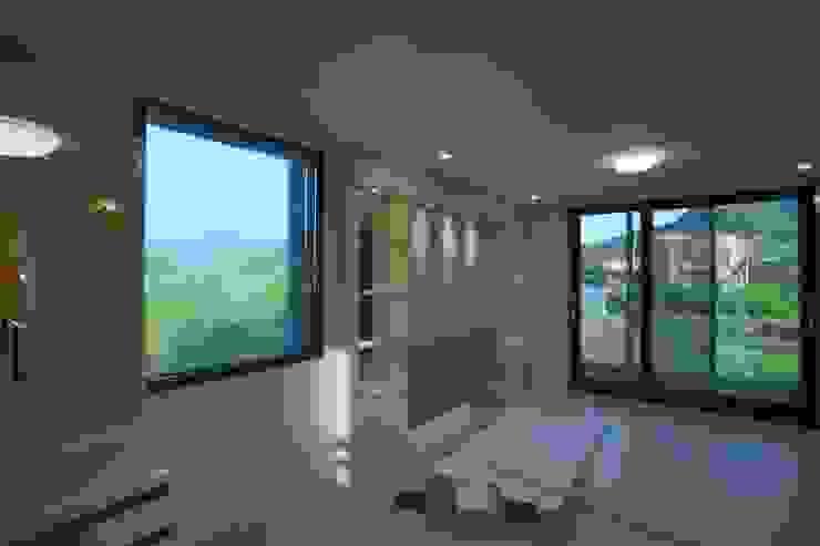 직선의 미학을 보여주는 모던 전원주택 모던스타일 거실 by 한글주택(주) 모던