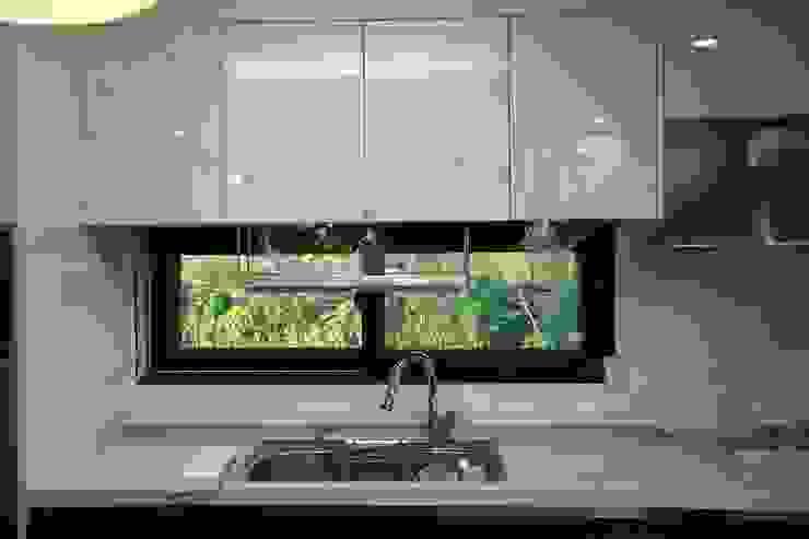 직선의 미학을 보여주는 모던 전원주택 모던스타일 주방 by 한글주택(주) 모던