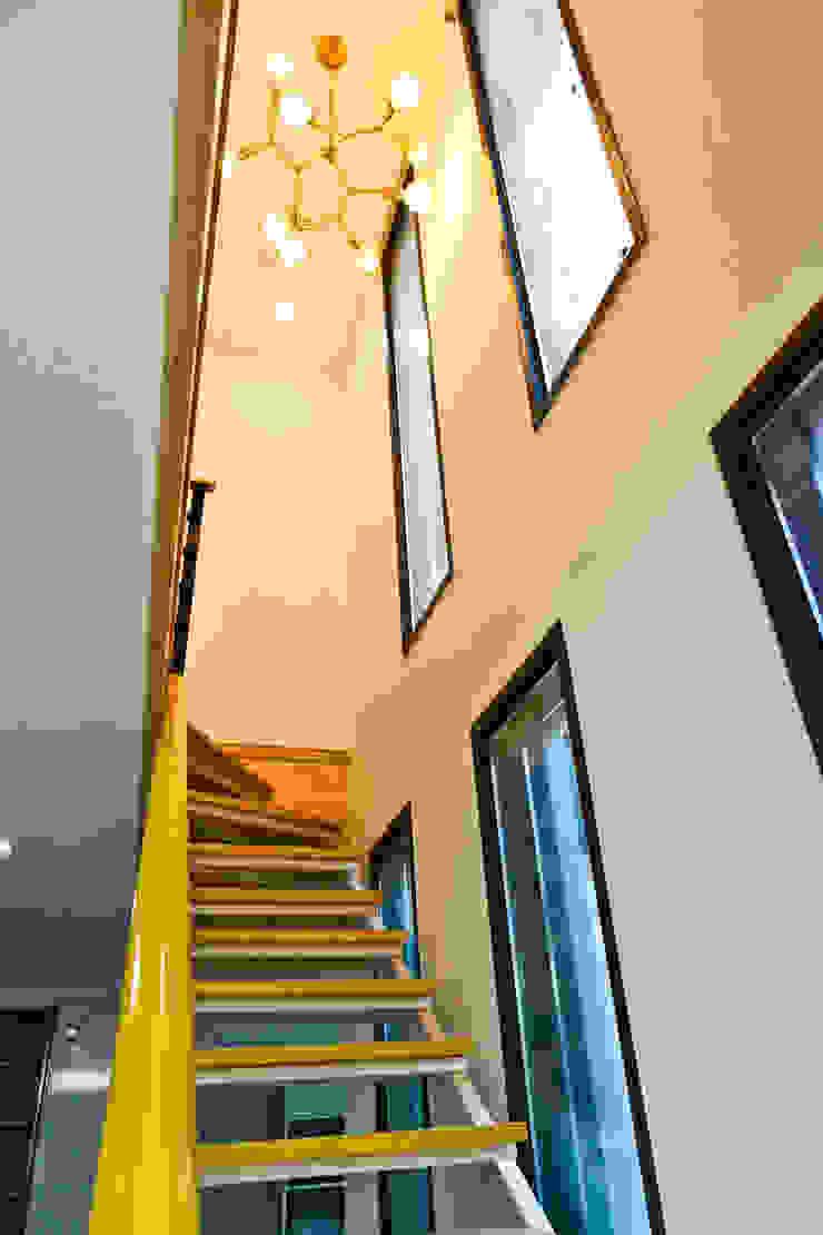 직선의 미학을 보여주는 모던 전원주택 모던스타일 복도, 현관 & 계단 by 한글주택(주) 모던