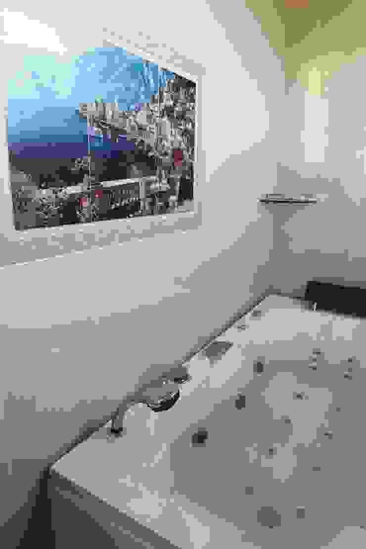 직선의 미학을 보여주는 모던 전원주택 모던스타일 욕실 by 한글주택(주) 모던