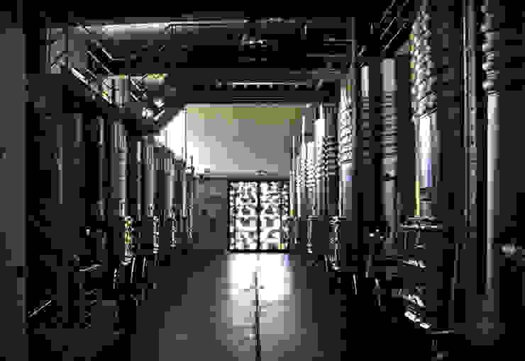 Cave à vin moderne par Rafael Hernáez Loza AITEC Proyectos Moderne