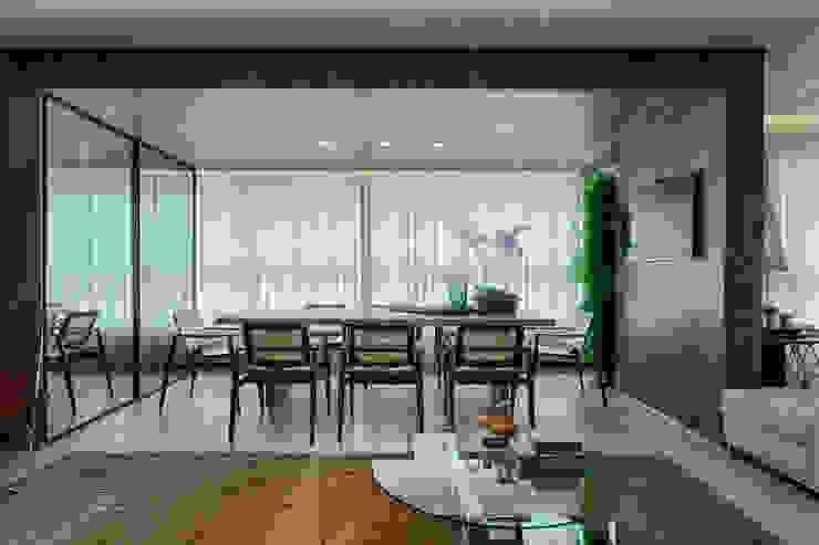 Modern dining room by Escritório Fabiola Constantino Modern