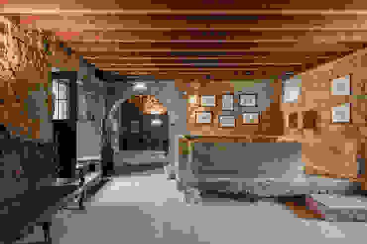 Hotel Paço de Vitorino: Adegas  por PROD Arquitectura & Design,Clássico