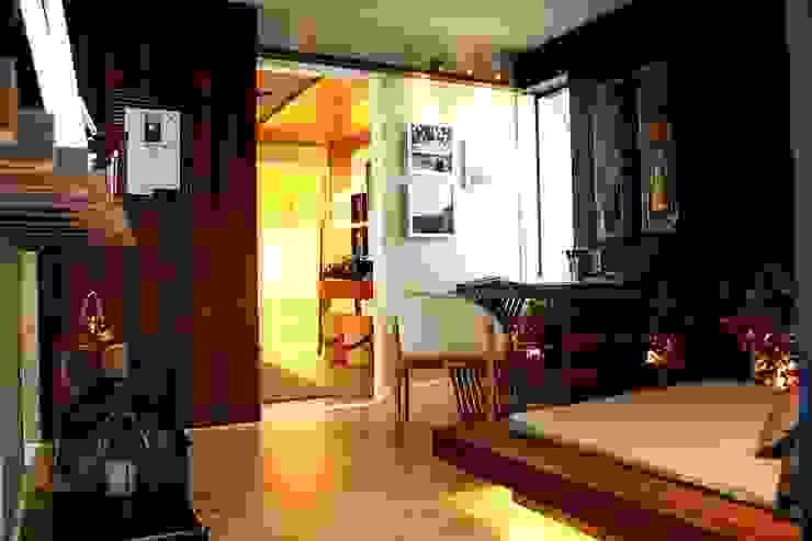 Nowoczesny korytarz, przedpokój i schody od Duna Arquitetura Nowoczesny Drewno O efekcie drewna