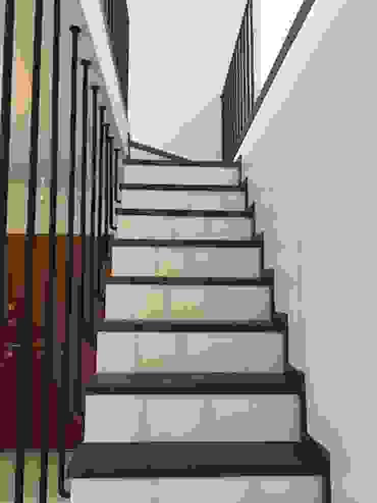 Pasillos, halls y escaleras escandinavos de MİMPERA Escandinavo Madera Acabado en madera