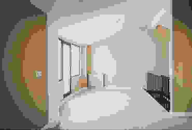 Pasillos, vestíbulos y escaleras modernos de MİMPERA Moderno Cerámico