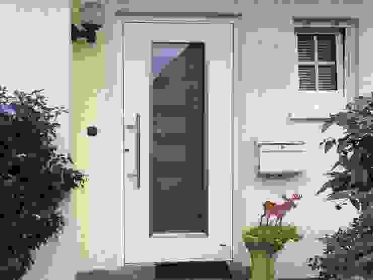Portas e janelas clássicas por Mester Fenster-Rollladen-Markisen Clássico