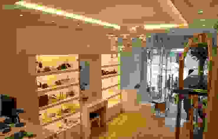 Thiết kế và thi công nội thất shop thời trang INNEE – Tây Sơn, Hà Nội: hiện đại  by Công ty TNHH Thiết kế và Ứng dụng QBEST, Hiện đại