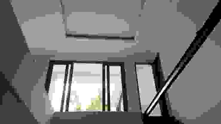 Rumah Bergaya Bali Modern di Cinere Studio JAJ Ruang Keluarga Tropis