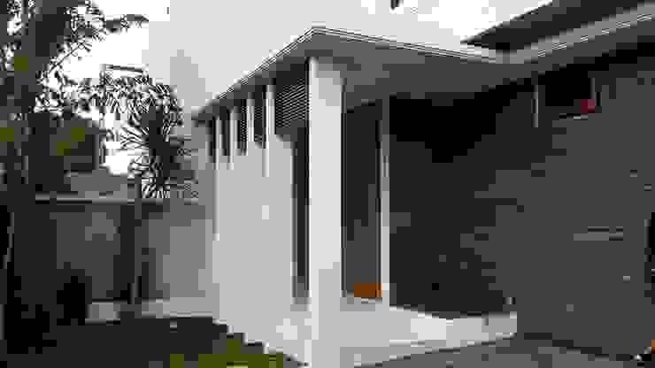Rumah Bergaya Bali Modern di Cinere Studio JAJ Balkon, Beranda & Teras Tropis