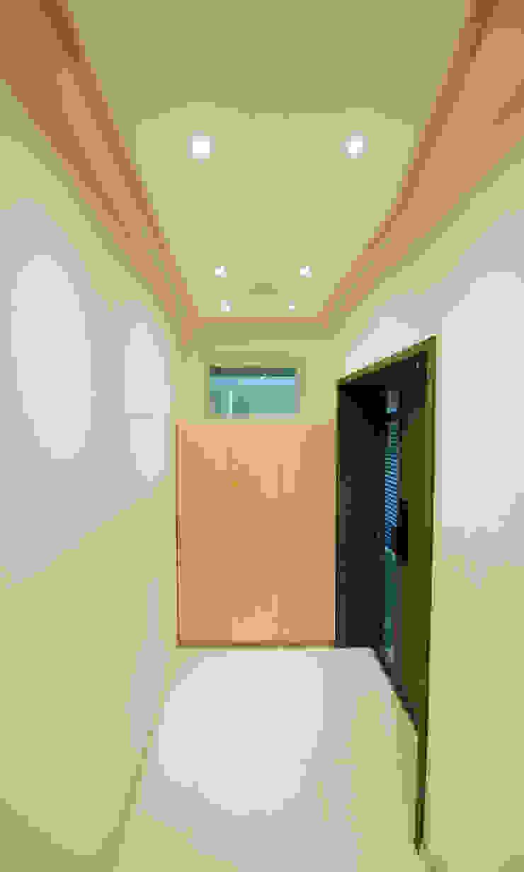 Ingresso, Corridoio & Scale in stile moderno di 더 이레츠 건축가 그룹 Moderno