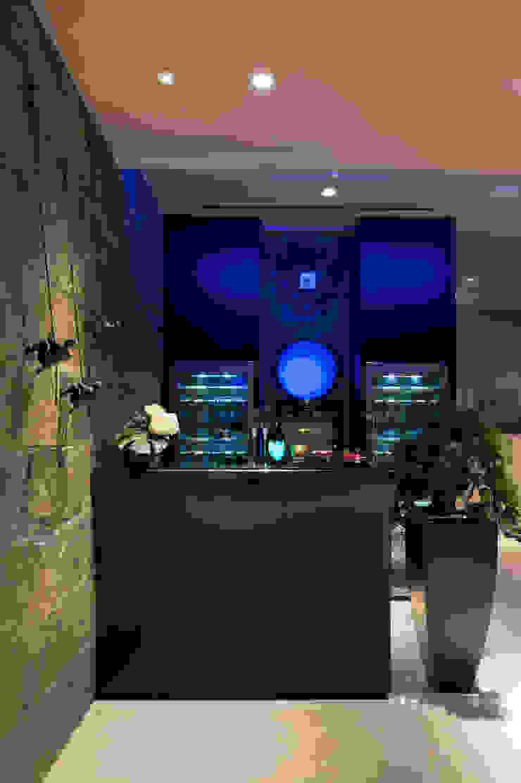 Bar Ruang Penyimpanan Wine/Anggur Modern Oleh E&U Modern