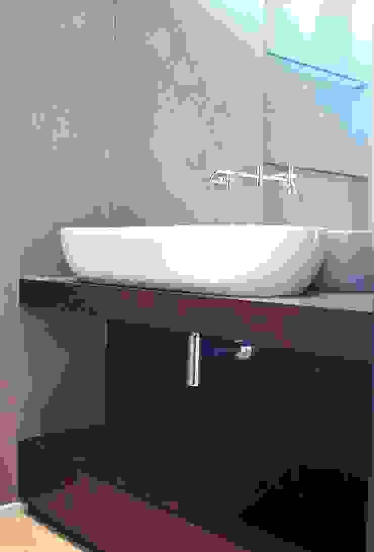 Guest bathroom Minimal style Bathroom by Turquoise Minimalist
