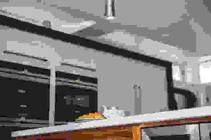 September Cottage - Collins Bespoke Architectural Kitchen โดย Collins Bespoke Limited โมเดิร์น ไม้ Wood effect