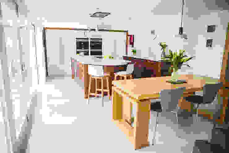 September Cottage - Collins Bespoke Architectural Kitchen โดย Collins Bespoke Limited โมเดิร์น ไม้จริง Multicolored
