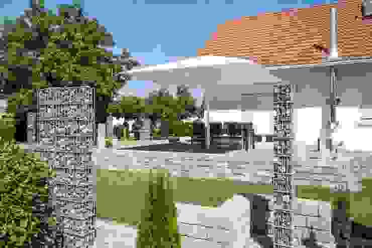 Jardines de estilo moderno de Uhlmann Sonnenschirme e.K. Moderno
