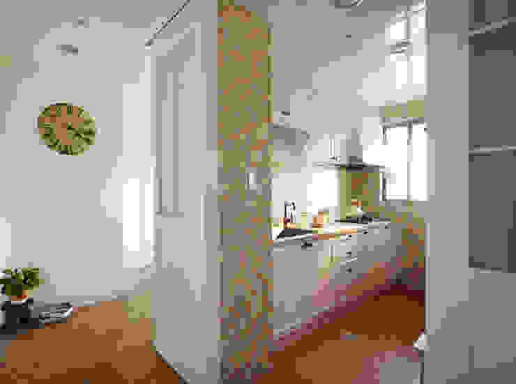 打開廚房的拉門空間更顯寬廣,精心收集的小用具也會是空間的亮點 根據 弘悅國際室內裝修有限公司 鄉村風 木頭 Wood effect