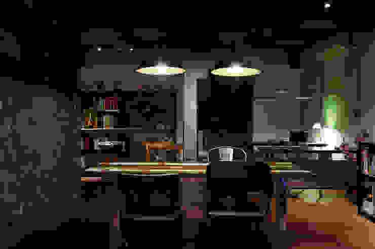 整個空間最核心的場域,這將會是第一眼所及的焦點,實木的溫潤質感更讓人有種安心的穩定感 根據 弘悅國際室內裝修有限公司 工業風 實木 Multicolored