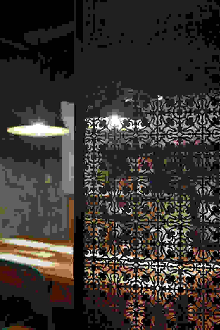 略帶民族風格的屏風其實起不了太大的遮擋實際效果,但是透過光影與紋路又形成另一組不同的視覺感 根據 弘悅國際室內裝修有限公司 工業風 銅/青銅/黃銅