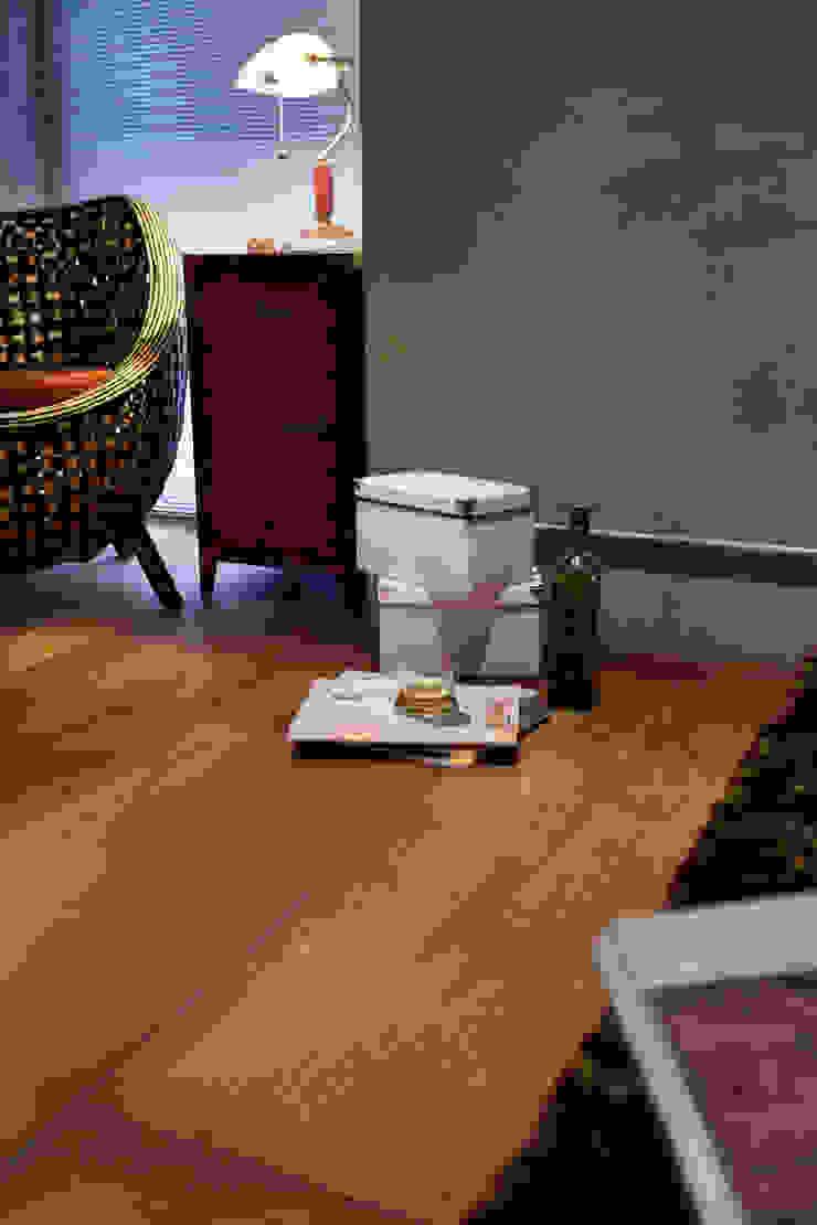 隨意擺放散落的物件顯示的木頭顏色的深淺變化,不用高級的實木也能享受木作溫暖的感受 根據 弘悅國際室內裝修有限公司 工業風 合板
