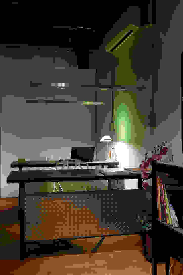 絕對硬派的工作桌是唯一能提醒認真工作的存在: 產業  by 弘悅國際室內裝修有限公司, 工業風 鐵/鋼